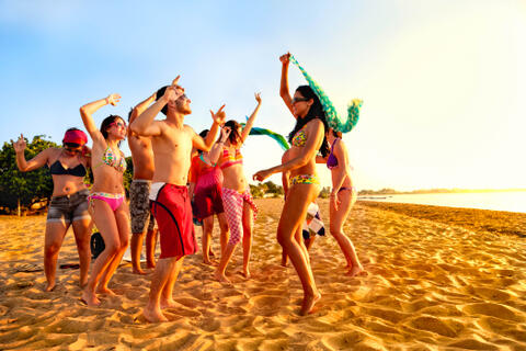 Conil de la Frontera es el sitio perfecto para tus Despedidas de Soltera o Soltero - Group-of-young-people-at-tropical-beach-party-iStock_21109264_XLARGE-2.jpg