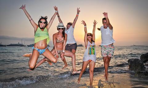 Conil de la Frontera es el sitio perfecto para tus Despedidas de Soltera o Soltero - playa-saltando.jpg